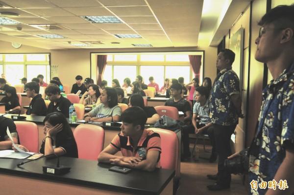 教育部在台灣觀光學院舉辦學生安置說明會。(記者花孟璟攝)