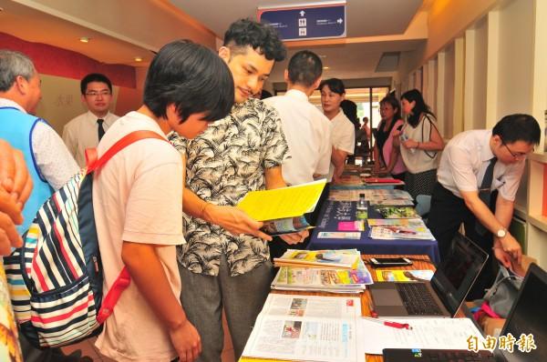 教育部安排14所科技大學讓台灣觀光學院學生辦理轉學,學生們瀏覽說明會場外資訊,學生說「要轉到哪裡還需要時間考慮」。(記者花孟璟攝)