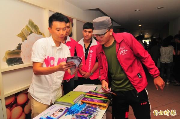 教育部在台灣觀光學院舉辦學生安置說明會,場外14所科大配合教育部安置作業,也提出優惠辦法招生。(記者花孟璟攝)