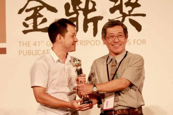 任職公部門近7年的林于凱(左)以《公門菜鳥飛:一個年輕公務員的革新理想》一書,獲得今年的金鼎獎。(林于凱提供)