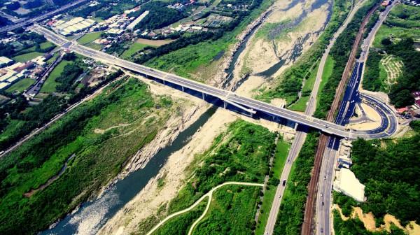 三鶯二橋橫跨大漢溪,穿越國道與鐵路等設施,困難度相當高。(工務局提供)