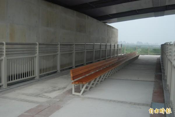 三鶯二橋為新北首創在橋梁下方,設置寬敞的座椅休息區,讓民眾可在此欣賞寬闊的大漢溪美景。(記者張安蕎攝)
