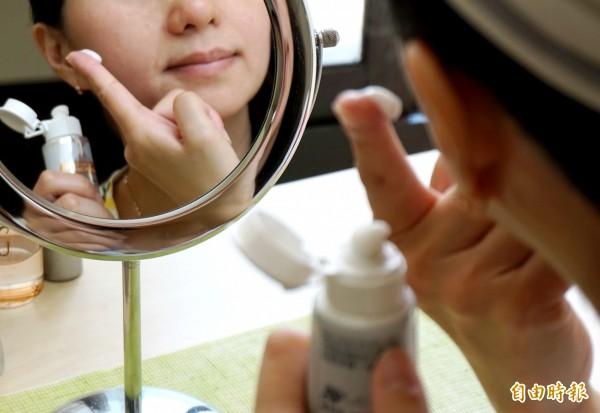 網路謠傳牙膏能淡斑、美白皮膚。情境照,圖中人物與本文無關。(記者蔡淑媛攝)