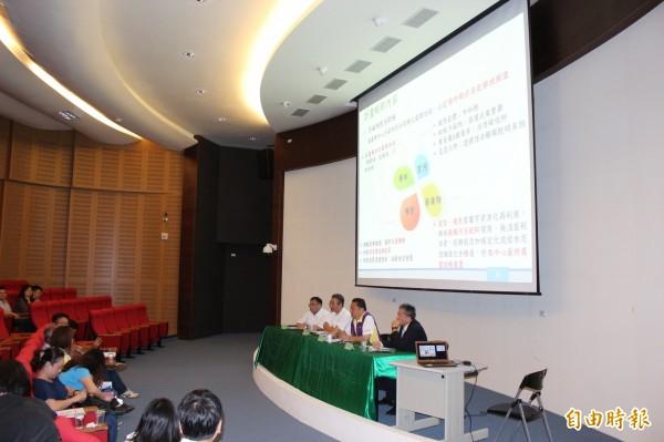 線西區資源回收處理中心開發業者今在彰化縣議會向議員們進行簡報說明開發計畫案。(記者張聰秋攝)
