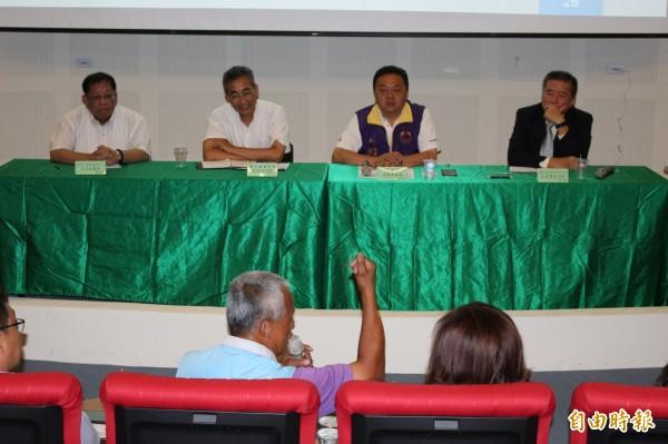 業者、官員與議員們共3方面對面溝通,了解開發案的內容。(記者張聰秋攝)