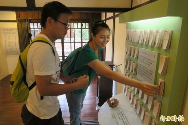 台中文學館母語文學特展現場設置籤詩諺,供民眾抽籤,很有趣。(記者蔡淑媛攝)