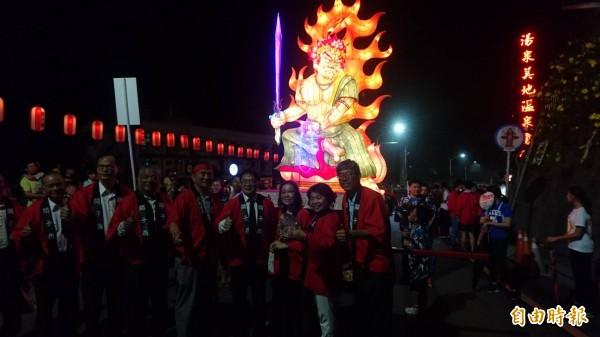 關子嶺溫泉美食節,今晚火王爺花燈踩街熱鬧開幕。(記者楊金城攝)