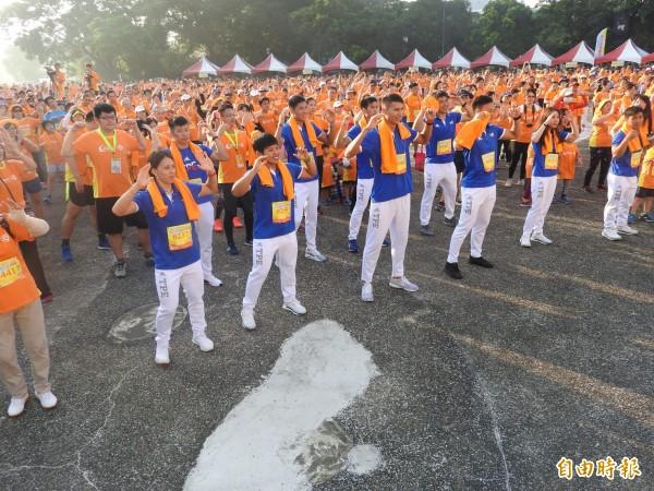 郭婞淳(前排左1)、鄭兆村(前排左4)等世大運奪牌選手也一起做熱身健康操。(記者方志賢攝)