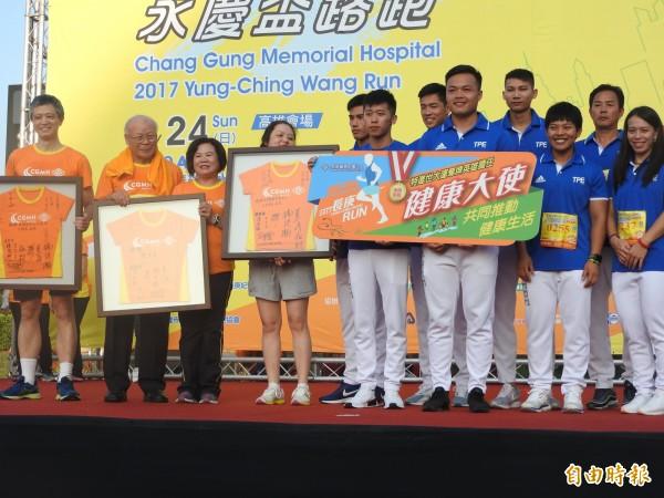 郭婞淳、鄭兆村、李智凱等世大運奪牌選手出席路跑代言。(記者方志賢攝))