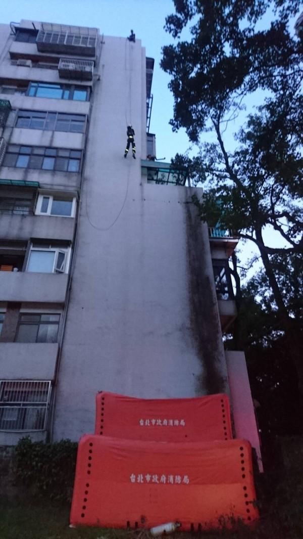 消防員利用垂降技術救援。(記者陳恩惠翻攝)