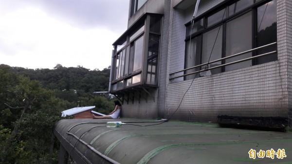 女子與消防僵持的遮雨棚。(記者陳恩惠攝)