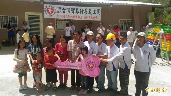 台灣寶島行善義工團協助重建家園,張姓屋主一家人滿是感激。(記者陳賢義攝)