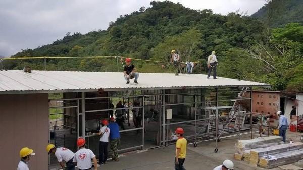 台灣寶島行善義工團員分工協助張姓屋主重建家園。(台灣寶島行善義工團提供)