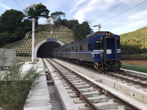 花東線新自強隧道軌道切換新線,第二班列車北上區間車4613次,也在普悠瑪號通過後的5、6分鐘後通過新自強隧道。(鐵工局提供)