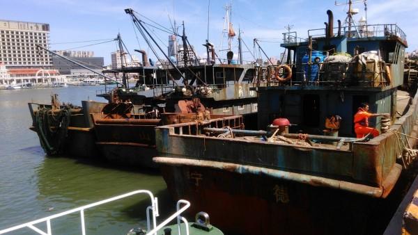 越界澎湖捕撈的中國漁船,由海巡隊帶案扣回。(澎湖海巡隊提供)