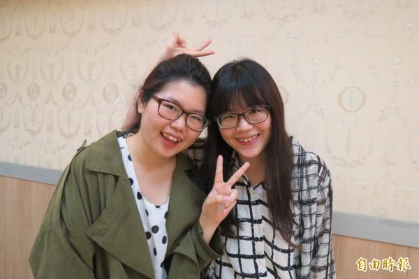 陳姿蓉(左)、陳冠螢姊妹與哥哥今年一起考上公職。(記者蘇孟娟攝)