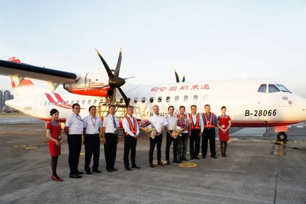 遠東航空繼今年7月引進第一架ATR72-600飛機後,編號B-28066的第二架ATR飛機,今天下午5時15分飛抵台北松山機場。(遠航提供)