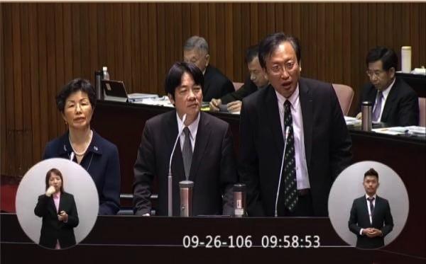 外交部次長吳志中(前排右一)昨首度在立法院院會施政總質詢中備詢,事後在臉書PO文發表心情。(取自吳志中臉書)