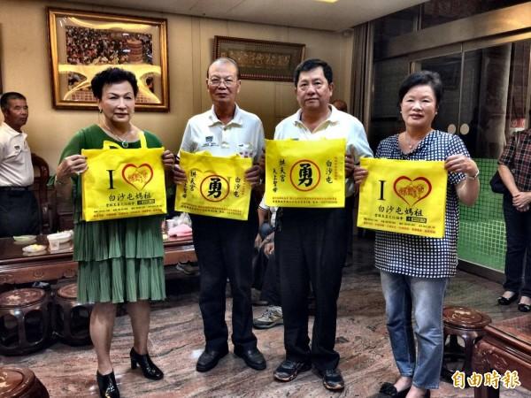 雲林至善文化協會捐贈3萬個媽祖創意環保袋給苗栗拱天宮。(右二為拱天宮主委洪文華)(記者廖淑玲攝)