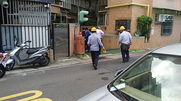 台北市中山北路5段某處社區大樓地下室,今天下午進行更換消防設施時,地下的污水池突然發生爆炸。(記者陳恩惠翻攝)