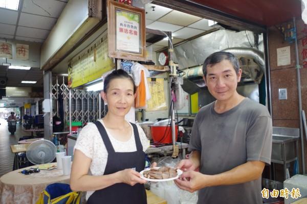 嘉義市西市場魯熟肉第三代老闆蔡銘豐(右)與太太一起經營。(記者王善嬿攝)