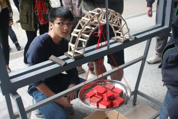 中原大學土木工程系學生們歷經多次練習操作,在抗震盃比賽現場時才有好表現。(中原大學提供)