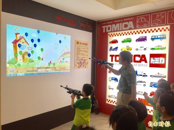 屏東大學為百貨兒童樓層開發AR射擊遊戲。(記者羅欣貞攝)