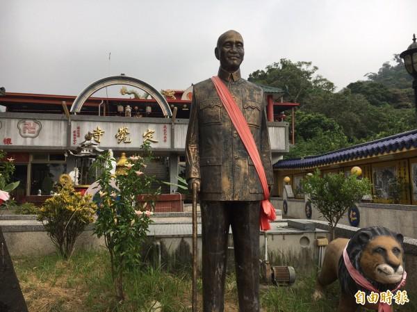 定覺寺不只再舉辦法會時高掛青天白日滿地紅國旗,還有前總統蔣介石銅像坐鎮。(記者顏宏駿攝)