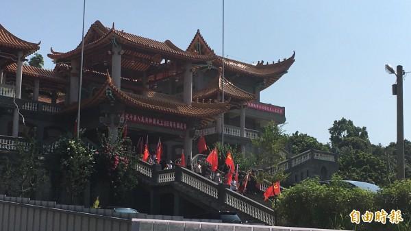 碧雲禪寺插滿五星旗及蘇聯的鐮刀旗。(記者顏宏駿攝)