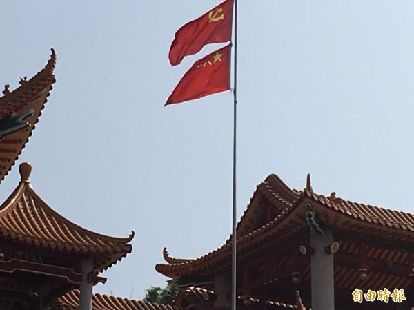 碧雲禪寺插滿五星旗及蘇聯的鐮刀旗 。(記者顏宏駿攝)