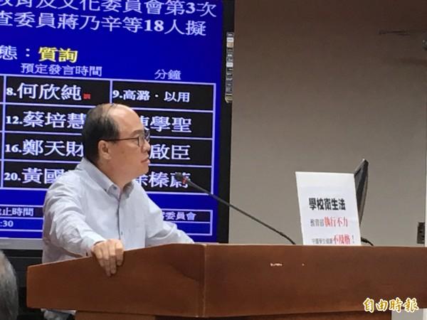 立委蔣乃辛提案開徵含糖飲料稅,並提案修法擬禁學校售高糖飲料。(記者林曉雲攝)