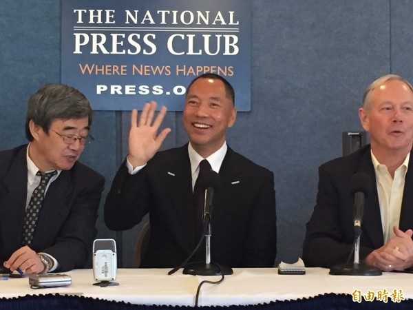 被國際刑警組織發佈紅色通緝令的中國富豪郭文貴,今天在華府全美記者俱樂部召開首次公開記者會,安檢管制嚴格。(記者曹郁芬攝)