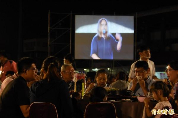 參加辦桌民眾一邊吃美食,一邊欣賞演唱會。(記者李忠憲攝)