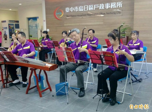 中市烏日戶所提供多元志工服務,竟然還有音樂志工表演音樂。(記者蘇金鳳攝)