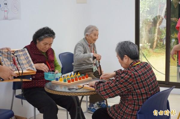 老老照護壓力大,家屬要鼓勵照護者與被照護者至社區關懷據點認識新朋友,充足電力。(資料照,記者曾迺強攝)
