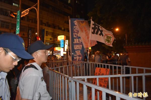 抗議者懸掛「台灣的祖國是中國」等旗幟。(記者張瑞楨攝)