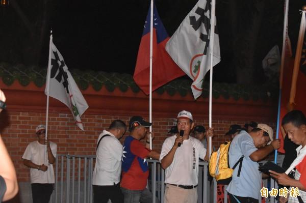 警方將抗議8人圍在孔廟旁。(記者張瑞楨攝)
