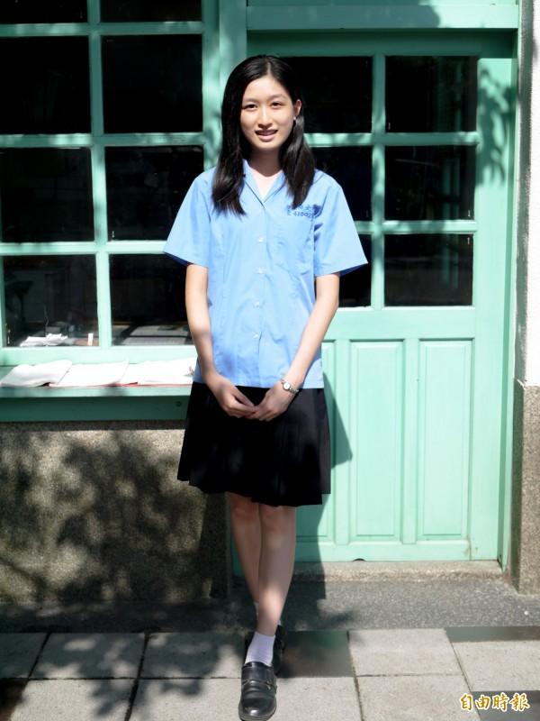 蘭陽女中夏天制服,上衣是水藍色襯衫,下半身是黑色百褶裙、白短襪及黑皮鞋,氣質滿分。(記者簡惠茹攝)