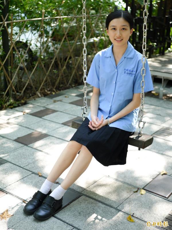 左胸口袋上方繡有藍色校名、年級槓和學號。(記者簡惠茹攝)