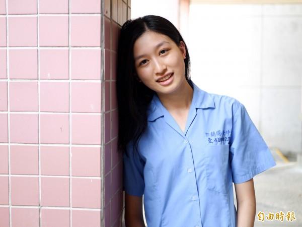 「蘭衫女孩的笑顏,留在青春的詩篇。」三年級學生陳玥蓉真心覺得蘭女制服好看。(記者簡惠茹攝)