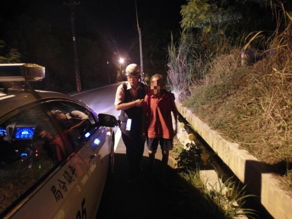 巡警停車關心江姓老翁身,助他返家。(記者李容萍翻攝)