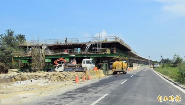 台61線高架工程從永安漁港至桃園新竹縣界段工程正施工中,預計明年8月完工通車。(記者李容萍攝)