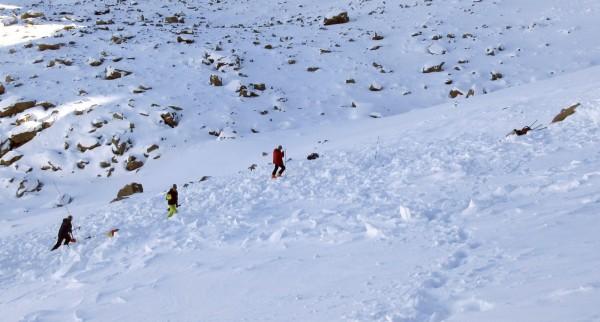 美國蒙大拿州加勒廷國家森林雪崩中心9日提供的照片顯示,搜救人員在日前雪崩殘骸的低處尋找失蹤者。(美聯社)