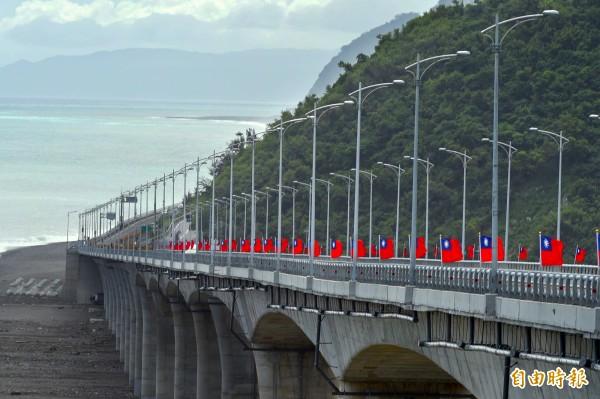 金崙大橋,即將在10月15日通車,橋面上已掛滿國旗。 (記者張忠義攝)