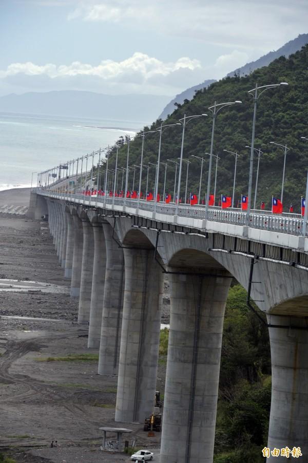為了讓南迴公路截彎取直,興建金崙高架橋,可說是一波三折。(記者張忠義攝)