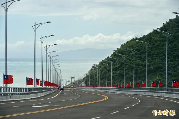 金崙大橋4線道設計,路段拉直抬高,最高處北邊約40公尺,南端約20公尺高。(記者張忠義攝)