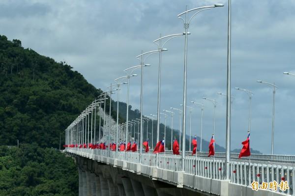 金崙高架橋經歷了颱風侵襲和挖到古遺址,導致工期不斷拖延。(記者張忠義攝)