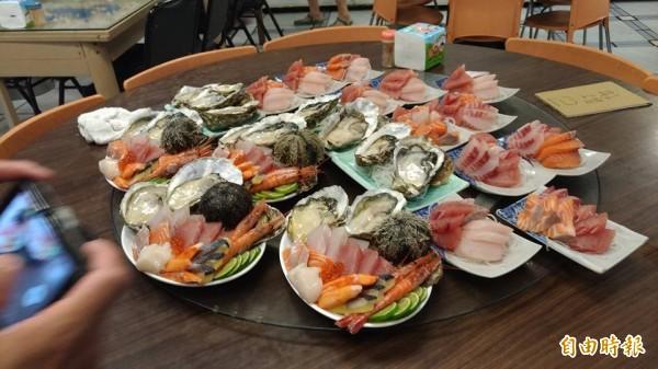 花蓮市區美食街一級戰區的民國路上,有間無論何時人都超多的「欣欣麵館」,主打手釣魚、海鮮料理。(記者王錦義攝)