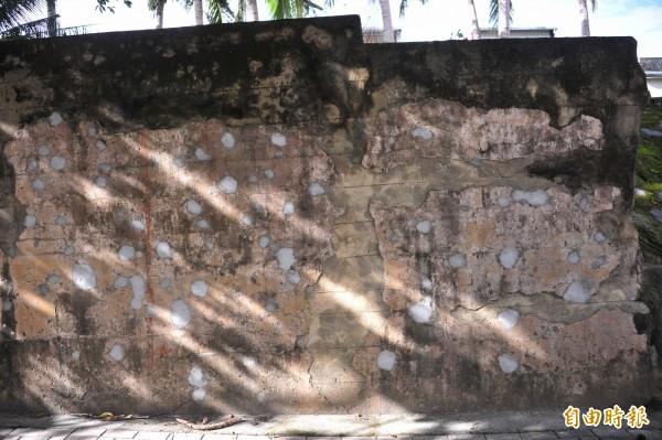 哭牆上的彈痕竟遭水泥填平。(記者蔡宗憲攝)