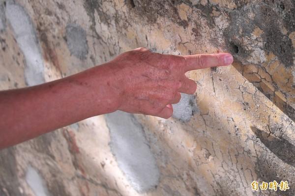 古城彈痕牆遭亂補,有部分彈孔仍在。(記者蔡宗憲攝)